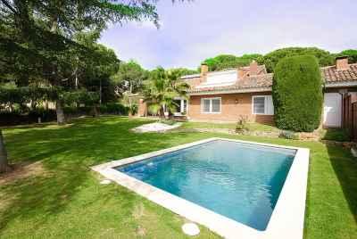 ВРЕМЕННО СНЯТО С ПРОДАЖИ. Дом рядом с Барселоной с винным погребом поблизости от гольф-поля